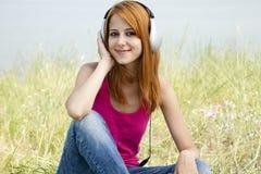 ακουστικό κοριτσιών redhead Στοκ εικόνες με δικαίωμα ελεύθερης χρήσης