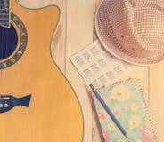 Ακουστικό με το όργανο κιθάρων για την εκτίμηση μουσικής Στοκ Εικόνα