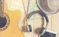 Ακουστικό με το όργανο κιθάρων για την εκτίμηση μουσικής Στοκ Εικόνες