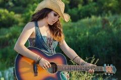 ακουστικό παιχνίδι κιθάρων κοριτσιών Στοκ φωτογραφία με δικαίωμα ελεύθερης χρήσης