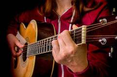 ακουστικό παιχνίδι κιθάρων κοριτσιών Στοκ εικόνα με δικαίωμα ελεύθερης χρήσης