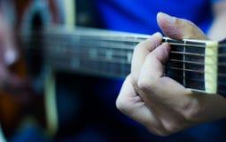 Ακουστικό παιχνίδι κιθάρων Στοκ εικόνα με δικαίωμα ελεύθερης χρήσης