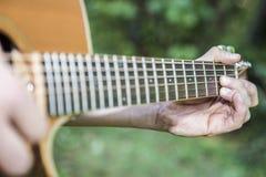 Ακουστικό παιχνίδι κιθάρων Στοκ Εικόνα