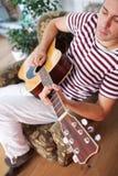 ακουστικό παιχνίδι κιθάρ&ome Στοκ Εικόνες