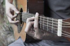 ακουστικό παιχνίδι κιθαριστών κιθάρων Στοκ εικόνα με δικαίωμα ελεύθερης χρήσης