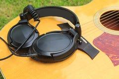 Ακουστικό στην ακουστική κιθάρα Στοκ Εικόνες
