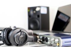 Ακουστικό στούντιο μουσικής που βρίσκεται στον υπολογιστή γραφείου στούντιο Στοκ φωτογραφία με δικαίωμα ελεύθερης χρήσης