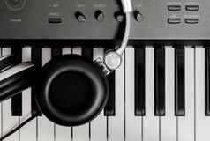 Ακουστικό στο βασικό υπόβαθρο πιάνων Στοκ φωτογραφία με δικαίωμα ελεύθερης χρήσης
