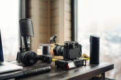 Ακουστικό/τηλεοπτικό γραφείο χώρου εργασίας έκδοσης με τη θέα βουνού Στοκ φωτογραφίες με δικαίωμα ελεύθερης χρήσης