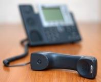 Ακουστικό τηλεφώνου με το τηλέφωνο στην ανασκόπηση στοκ εικόνα με δικαίωμα ελεύθερης χρήσης