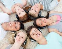 ακούοντας έφηβοι μουσι&kap Στοκ Φωτογραφία