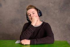 ακούοντας έφηβος μουσι&k Στοκ εικόνες με δικαίωμα ελεύθερης χρήσης