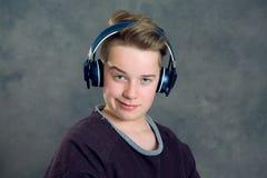 ακούοντας έφηβος μουσι&k Στοκ Εικόνες