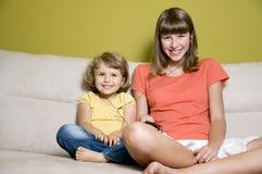 ακούοντας αδελφές μου&sig Στοκ φωτογραφία με δικαίωμα ελεύθερης χρήσης