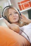 ακούοντας γυναίκα μουσ στοκ φωτογραφία με δικαίωμα ελεύθερης χρήσης