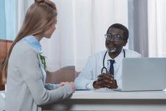 ακούοντας θηλυκός ασθενής γιατρών αφροαμερικάνων Στοκ φωτογραφίες με δικαίωμα ελεύθερης χρήσης