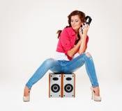 ακούοντας καλυμμένες μουσική νεολαίες γυναικών στούντιο Στοκ φωτογραφία με δικαίωμα ελεύθερης χρήσης
