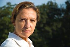ακούοντας μέση γυναίκα ηλικίας Στοκ Εικόνες