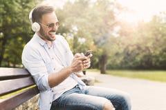 ακούοντας νεολαίες μο&up Στοκ φωτογραφία με δικαίωμα ελεύθερης χρήσης