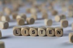 Ακούστε - κύβος με τις επιστολές, σημάδι με τους ξύλινους κύβους Στοκ εικόνες με δικαίωμα ελεύθερης χρήσης