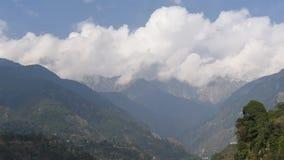 Ακολουθία χρονικού σφάλματος άσπρων όμορφων σύννεφων πέρα από τα βουνά και το μπλε ουρανό του Ιμαλαίαυ φιλμ μικρού μήκους