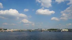 Ακολουθία χρονικού σφάλματος γέφυρας τριάδας πέρα από τον ποταμό Neva απόθεμα βίντεο