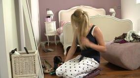 Ακολουθία χρονικού σφάλματος ξεραίνοντας τρίχας έφηβη στην κρεβατοκάμαρα απόθεμα βίντεο