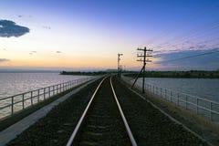 Ακολουθεί του σιδηροδρόμου ή του σιδηροδρόμου με το πρωί Στοκ Φωτογραφίες