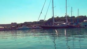 Ακολουθώντας πυροβολισμός βαρκών των γιοτ και sailboats στη μαρίνα της Ρόδου φιλμ μικρού μήκους