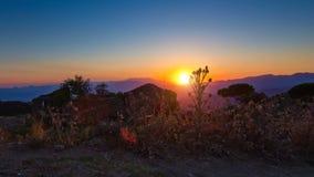 Ακολουθώντας πυροβολισμός χρονικού σφάλματος των βουνών ηλιοβασιλέματος απόθεμα βίντεο