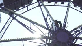 Ακραία έλξη στο λούνα παρκ Άνθρωποι που έχουν τη διασκέδαση στο συγκλονίζοντας γύρο ρόλερ κόστερ στο λούνα παρκ r φιλμ μικρού μήκους
