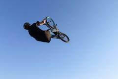 Ακραία μαύρη μπλούζα ποδηλατών, τζιν παντελόνι και ένα κράνος, να κάνει έτσι Στοκ φωτογραφία με δικαίωμα ελεύθερης χρήσης
