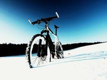Ακραία παραμονή ποδηλάτων βουνών αντίθεσης στο χιόνι σκονών Χαμένη πορεία βαθύ snowdrift Στοκ Φωτογραφία