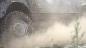 Ακραίες συνθήκες για στην επαρχία Όμορφη άποψη ενός κολλημένου αυτοκινήτου Ρυμουλκημένο ισχυρό SUV στην τραχιά έκταση απόθεμα βίντεο