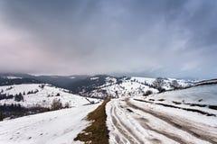 Ακραίος αγροτικός βρώμικος δρόμος πορειών στους λόφους στοκ εικόνες