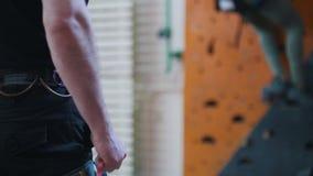 Ακραίος αθλητισμός, Ένα πρόσωπο που στέκεται μπροστά από τον τοίχο αναρρίχησης και καθορισμός των σχοινιών απόθεμα βίντεο