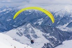 Ακραίος αθλητισμός - ανεμόπτερα στο χιονώδες τοπίο στοκ φωτογραφίες