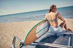 ακραίος αθλητισμός σερφ surfer συνεδρίαση κοριτσιών στο αυτοκίνητο και το getti στοκ φωτογραφίες
