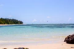 Ακραίος αθλητισμός του Μαυρίκιου, σε μια τέλεια παραλία και ένα κρύσταλλο - σαφής Ινδικός Ωκεανός στοκ εικόνες