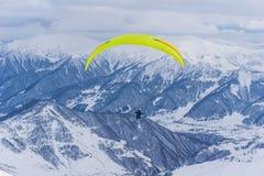 Ακραίος αθλητισμός - paraglide το χειμώνα στοκ φωτογραφία με δικαίωμα ελεύθερης χρήσης