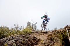 Ακραίος αθλητής ατόμων στο άλμα ποδηλάτων πάνω από το βουνό Στοκ Φωτογραφία