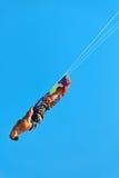 Ακραίος αθλητισμός ύδατος Kiteboarding, δράση αέρα Kitesurfing Recre Στοκ Φωτογραφία