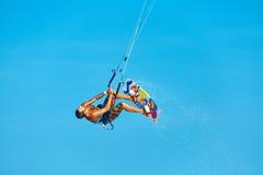 Ακραίος αθλητισμός ύδατος Kiteboarding, δράση αέρα Kitesurfing Recre Στοκ Εικόνες