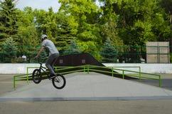 Ακραίος αναβάτης BMX στο άλμα κρανών στο skatepark στον ανταγωνισμό Έννοια αθλητικών ποδηλάτων για τον πίνακα διαφημίσεων στοκ εικόνες με δικαίωμα ελεύθερης χρήσης