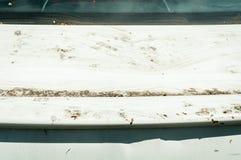 Ακραίος βρώμικος άσπρος κορμός αυτοκινήτων με τη στενή επάνω εκλεκτική εστίαση σκόνης στοκ εικόνες