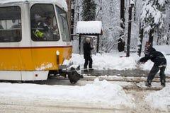 Ακραίος γύρος σνόουμπορντ πίσω από ένα τραμ στη Sofia Στοκ Φωτογραφία