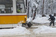 Ακραίος γύρος σνόουμπορντ πίσω από ένα τραμ στη Sofia Στοκ εικόνες με δικαίωμα ελεύθερης χρήσης