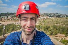 Ακραίος επαγγελματικός ορειβάτης που παίρνει selfie τη φωτογραφία στην κορυφή του γ Στοκ Φωτογραφία