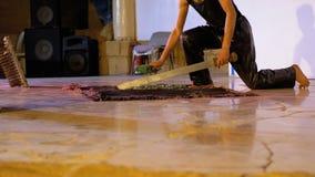 Ακραίος παρουσιάστε του περπατήματος στο αιχμηρό σπασμένο γυαλί απόθεμα βίντεο