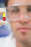 Ακραίος στενός επάνω ενός επιστήμονα που αναλύει ένα χάπι στοκ φωτογραφίες με δικαίωμα ελεύθερης χρήσης